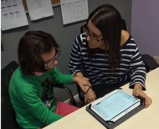 Sofia, atteinte de la maladie du cri du chat, travaillant avec Neuronup