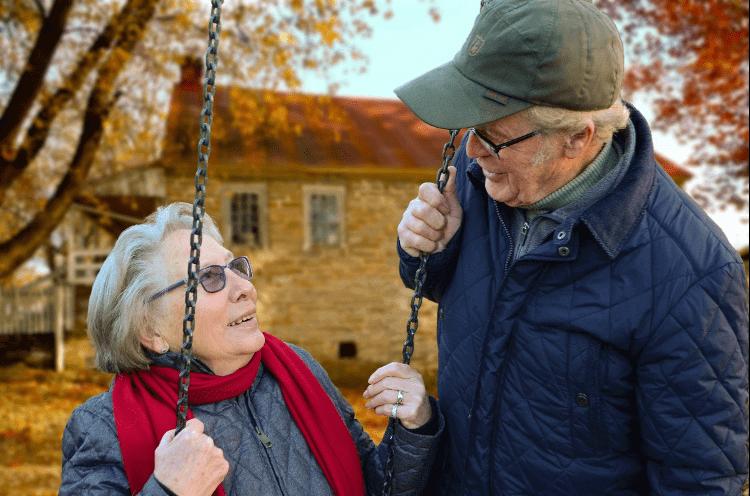 Deux personnes âgées sur une balançoire