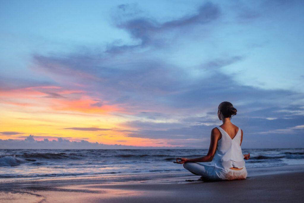 Femme en bonne santé mentale en train de méditer